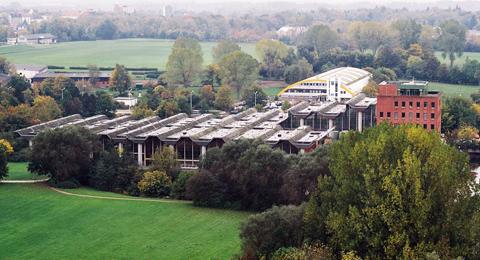 Luftbild des Sportforums der Christian-Albrechts-Universität zu Kiel mit rotem Verwaltungsgebäude
